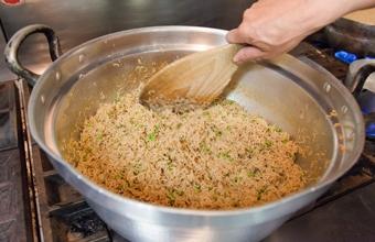 鮮度の良い細かなちりめんを、料理人がゆっくりと木べらで混ぜながら、「ふわふわ」に炊き上げております。