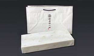 鰻屋源八郎の紙袋と上品なアイボリーの包装でまとめました
