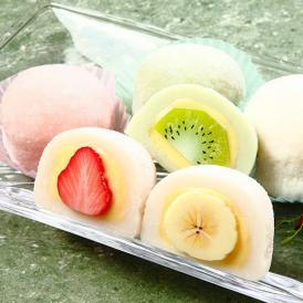 新鮮なフルーツ、カスタードクリームと、もち米を煎り、練り上げたお餅で包んだ和洋折衷のお菓子です。