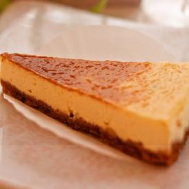 希少な白トリュフとアカシアのハチミツを贅沢に使ったチーズケーキ。芳醇で奥深い、大人向けの味わいです。