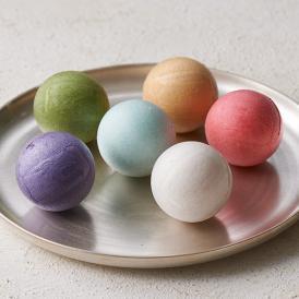 色とりどりの愛らしいカラフルな球体の最中に、和にとらわれない新しい素材を取り入れています。