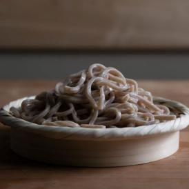 国産小麦の玄むぎを石臼挽きし、製麺。甘みや香ばしさ、香りを余すところなくおうどんにしました。