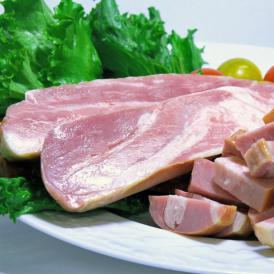 お買得な厚切りベーコンの切り落としです。形は悪いが味は絶品。多様なお料理に使えます。