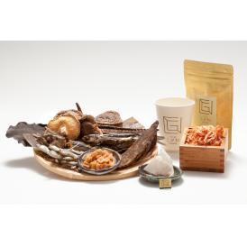 かつおベースの上品なお出汁。7種の旨みの相乗効果に、桜海老と帆立の甘味。