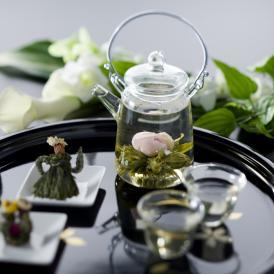 厳選した5種の康藝銘茶(工芸茶)をクロイソスオリジナルの青い缶に詰めて