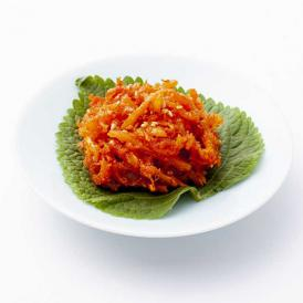 韓国では定番の「さきいかキムチ」! さきいかの旨味とヤンニョムの甘味が絶妙です!ご飯やお酒のお共に!