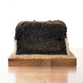 上質な練りごまを、惜しまず贅沢に使用した当店一番人気のパウンドケーキです。