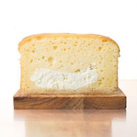 クリームチーズを生地に練り込んだパウンドケーキです。