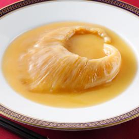 「高級気仙沼産フカヒレの姿煮」は、フカヒレのなかでも最高級の気仙沼産を使った贅沢な逸品です。