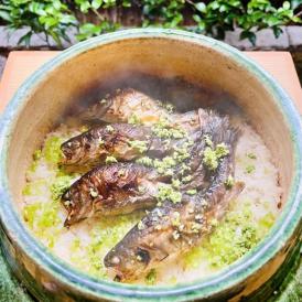 今しか味わえない炭火焼岩魚を引き立てる炊き込みご飯。