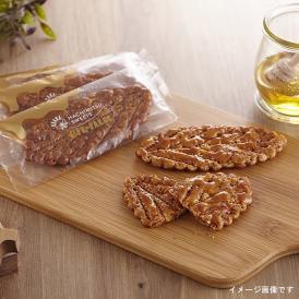 サクサクとした葉っぱ型のパイに完熟はちみつをたっぷりつけて焼き上げました。