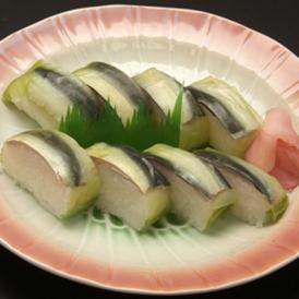 当店のままかり寿司は、餅米入りの酢飯、北海道産の白板昆布を使用しておます。