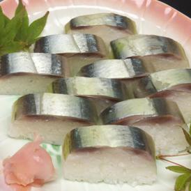 秋刀魚の押し寿司は、脂ののった秋刀魚を使用し、北海道産の白板昆布を使用しています。