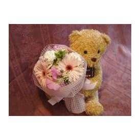 花束を抱えたくまちゃん