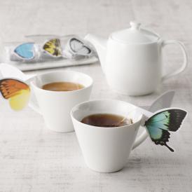 カップの縁にかけて楽しむ紅茶。蝶たちがカップに止まって一休みしているような可愛らしい姿に、ほっこり。