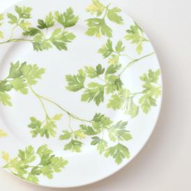 真っ白なボーンチャイナのキャンバスに、濃淡の微妙に異なる緑色を8層も擦り重ねたお皿!