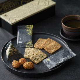 原料は、希少米「新大正もち米」。薄焼きおかきと、アーモンドをおかきでくるんだ「慶凰」のセットです。