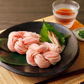 1本の麺が紅白になった縁起の良い合わせ麺を、お花が咲いたように丸めた一品。お祝いごとにも最適です。