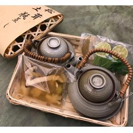 名残りのはもと香り高い松茸をセット致しました。土瓶蒸しの器と共にお送りいたします。
