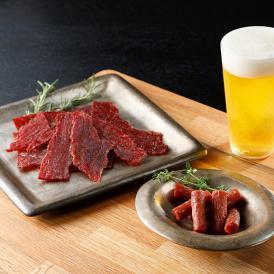 噛むほどに霜降りの旨味があふれるビーフジャーキーと、やみつきになる美味しさのソーセージをセットに。
