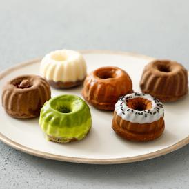 濃厚でなめらかなチョコレートの組み合わせに6種類のフレーバーを練り込んだオリジナルのガトーショコラ。