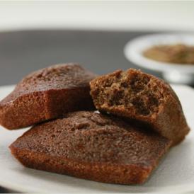 香ばしいほうじ茶でアーモンドプードルとバターの香りを包み優しいお菓子に仕上げました。
