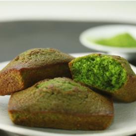 挽きたてのアーモンドプードルとコクのあるバターを使用し、ほのかに香る抹茶が贅沢さを更に引き立てます。