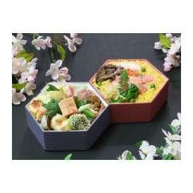 色とりどりの具材をちりばめたちらし寿司と、見た目も華やかに盛りだくさんのお料理で季節を感じるお弁当