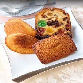 ルコントのスペシャリテ『フルーツケーキ』と、代表的な焼菓子『マドレーヌ』、『フリアン』の詰合せ。