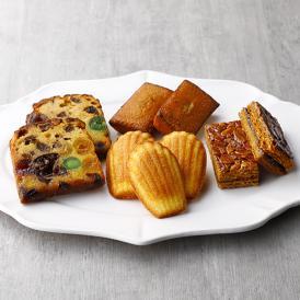 ルコントのスペシャリテ『フルーツケーキ』と、代表的な焼菓子の詰合せ。