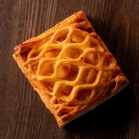 ブーランジェが丹精込めて折りあげたパイ生地を使用しパティシエがサクサクのアップルパイに仕上げました。
