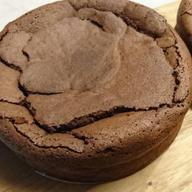 良質のチョコレートを使い、昔ながらのレシピで焼き上げたガトーショコラです。