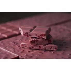 ルビーカカオ豆を使用した、色鮮やかなタブレットチョコレート。