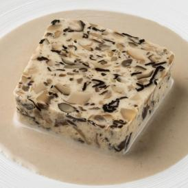 トランペット茸やセップ茸など、数種類のキノコのテリーヌ(トリュフの香るキノコのクリームソース付)