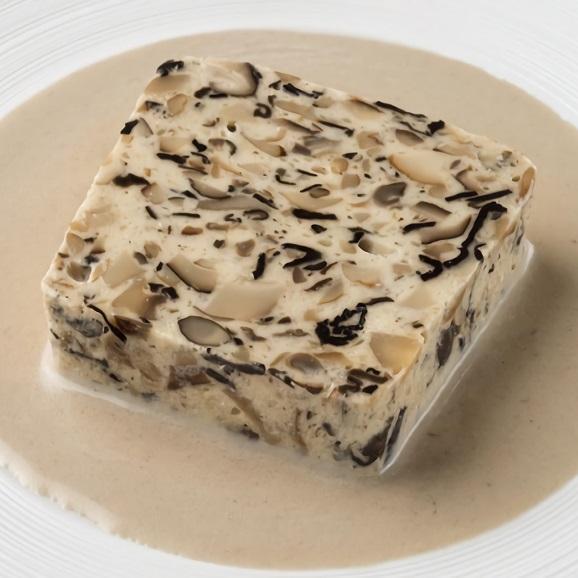 トランペット茸やセップ茸など、数種類のキノコのテリーヌ(トリュフの香るキノコのクリームソース付)01