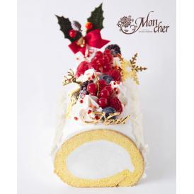 バニラクリームにフランボワーズ、ブルーベリーなどのベリー類を飾り、ドライイチゴを合わせました