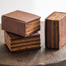 濃厚で大人好みのチョコレートケーキ「オペラ」をサブレで挟んだ贅沢なスイーツを手土産に。