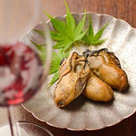 ふっくらと旨味を含んだ牡蠣を選んで、桜のチップを使って燻蒸しました!