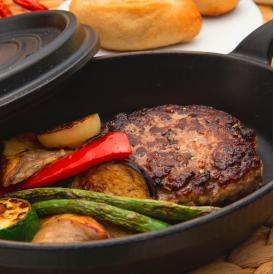 NYタイムズで「世界一の肉職人」と称されたユーゴ・デノワイエ氏が提供する「ユーゴ・デノワイエ恵比寿」のあか牛とフランス牛のてごねハンバーグステーキ
