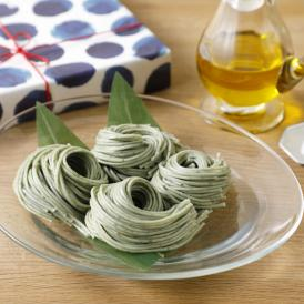 近年スーパーフードとして注目されている「藍」を練り込んだ麺。藍の風味が口いっぱいに広がります。