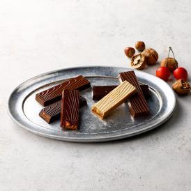 木目の模様のチョコレートバーにメープルシロップやチェリージャムを忍ばせ、繊細に仕上げました。