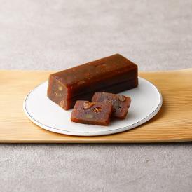 さっぱりとした甘みの白餡にデーツペーストを混ぜた軽やかな甘みがベースのフルーティな羊羹です。