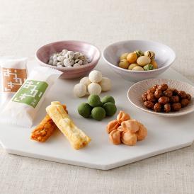 風味豊かな「豆菓子」と、『看板』の味である「おかき」をセットにしました。
