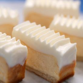 底面はサブレ、その上には焼きチーズケーキ、トッピングにサワークリームをのせました。