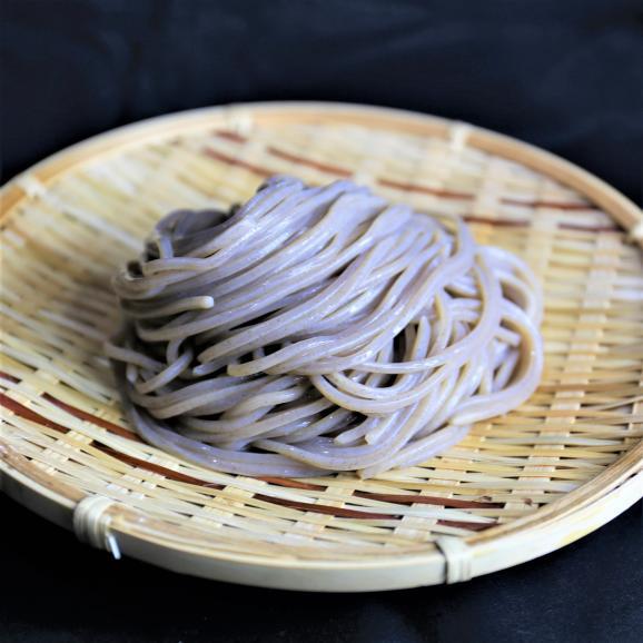 1日10食限定!なぜ蕎麦にラー油を入れるのか。黒カレー肉そば3食セット04