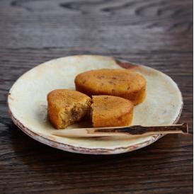 「丹波栗」と甘みのある「なると金時芋」の繊細な風味。しっとりとした食感は、こだわりの製法ならでは。