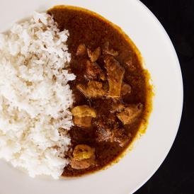 上川産味豚と愛別産エリンギ「ポークビンダルーカリー」辛口 ほのかな酸味と爽やかな辛味が特徴