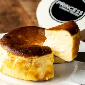 表面をこんがり焼き上げ、中はしっとりと重厚感。 ホールケーキは贅沢な一品です。