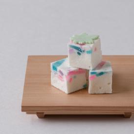 キラキラした見た目と青楓の干菓子が涼感を誘います。
