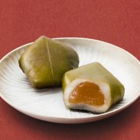 梅餡と求肥を青紫蘇で手包みし、花弁の五角形を表現。梅の風味と香り高い調和をご堪能下さい。
